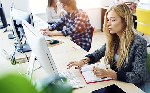Étudiante utilisant des outils d'apprentissage moderne