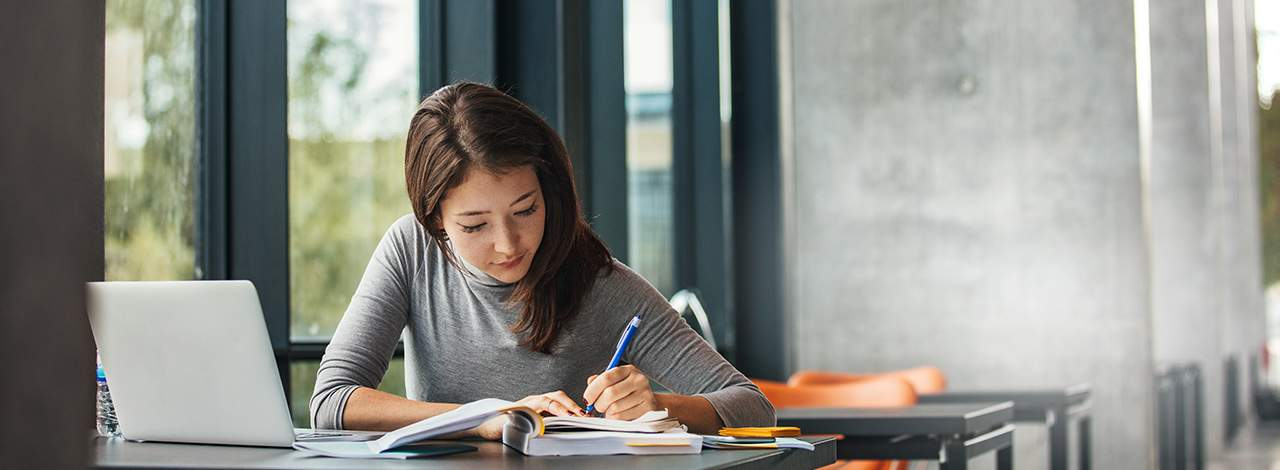 Séance de révision pour une étudiante