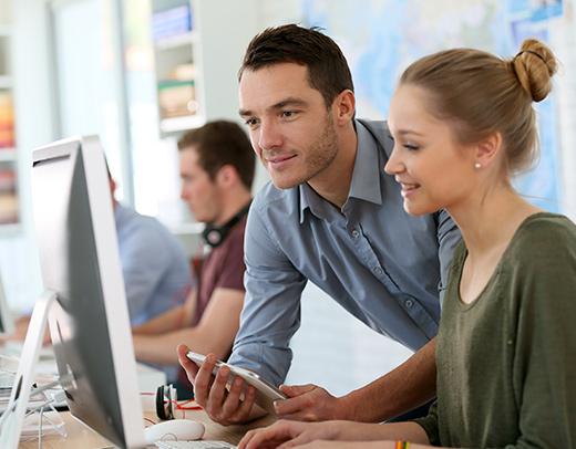 Étudiants travaillants en entreprise